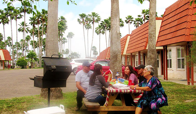 Grill & Picnic Table at Victoria Palms Inn & Suites, Donna
